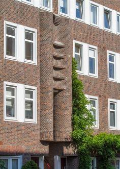 Opvallende Haagse portiek Amsterdam School, Brickwork, Built Environment, Gustav Klimt, Public Transport, Modern Architecture, Netherlands, Skyscraper, Entrance