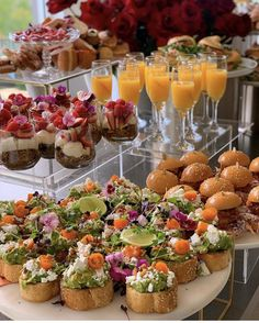 Birthday Brunch, Brunch Party, Party Finger Foods, Party Snacks, Tapas, Charcuterie Recipes, Party Food Platters, Food Presentation, Creative Food