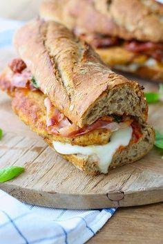 In de categorie meesterlijke lunchbroodjes: Italiaanse sandwich met gepaneerde kip en pancetta // Francesca Kookt