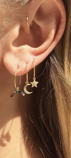 Dainty Small Cute Ear Piercing Ideas at - Gold Stars Moon Rainbow Earrings - Forward Helix Hoop - Tragus Cartilage Helix Rook Diath Orbital Piercing, Tragus Piercings, Tattoo E Piercing, Piercing Snug, Ear Piercings Chart, Cool Ear Piercings, Ear Peircings, Forward Helix Piercing, Smiley Piercing