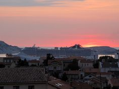 Départ d'un bateau de croisière sur fond de couché de soleil entre le quartier de Malmousque et les îles du Frioul  #Marseille #Provence