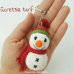 Günaydın herkese 🌞 Güneşli bir hava yok aksine kapalı yağmurlu ama olsun içiniz, yuvanız aydın olsun, güneşler açsın.🤗😊 Minnak bir tarifle… Crochet Keychain Pattern, Crochet Patterns Amigurumi, Crochet Yarn, Crochet Toys, Yarn Projects, Crochet Accessories, Pet Toys, Crochet Earrings, Christmas Ornaments