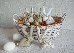 5 zajíčků v přírodně-bílé kombinaci Jarní zajíčci na zavěšení do vázy, jako jarní dekorace, na skříňku, záclonu, prostě kamkoliv..... . Jsou vysocí 10 cm, ušití z bavlny a plněni dutým vláknem a vatelínem, očička jsou namalovaná textilním fixem. Látka má přírodní odstín s nádechem do olivova. Ouškem budou mít provlečenou šňůrku na zavěšení (viz. ...