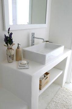 reforma baño rústico con lavabo sobre mueble de obra abierto totalmente blanco…