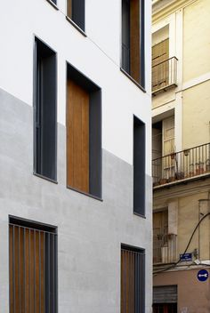 Image 6 of 23 from gallery of 19 Dwellings on Viana Street / García Floquet Arquitectos. Photograph by Iñaki Bergera Facade Design, Exterior Design, Arched Window Treatments, French Balcony, Diy Vintage, Social Housing, Interesting Buildings, Building Exterior, Facade Architecture