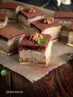 Výborný ořechový zákusek s chutí cappuuccina. Vrch posypeme kakaem nebo strouhanou čokoládou a podáváme. Dobrou chuť!