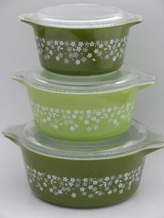 lime green and white crazy daisy spring blossom Pyrex casseroles set Vintage Pyrex Dishes, Vintage Dishware, Vintage Kitchen Decor, Vintage Tins, Corelle Dishes, Shabby Chic Chairs, Pyrex Bowls, Spring Blossom, Bazaars