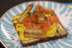 Toast met asperges en zalm