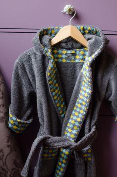 Couture d'un peignoir pour petit garçon en éponge gris anthracite avec ses petits détails en tissu imprimé de Linna Morata - LEON & LOUISE