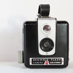 my mom had one exactly like this back in the 50's. The huge flash attachment sits on the top.