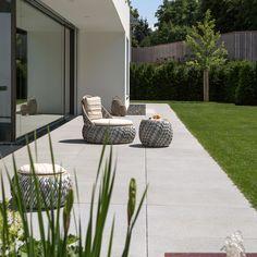 Sommerliche Gartenterasse mit Sitzgelegenheiten #terasse #garteninspiration #gartenideen #sonnenterasse