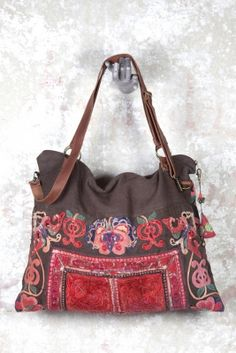 ZAZO propose des collections de pièces uniques, sacs, textiles et accessoires. Ces créateurs français nous plongent dans une mode loin de la consommation de masse, intègre et toujours inspirée de l'air du temps.