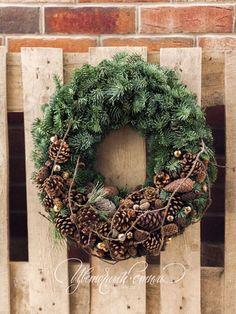 Роскошный новогодний венок из натурального лапника и шишек.