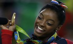Simone Biles, USA vann guldet i damernas fristående (art. gymn.) 15.966, silver Alexandra Raisman, USA 15.500, brons Amy Tinkler, Storbritannien 14.933.