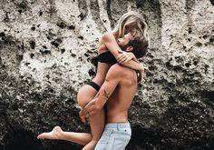 La experiencia nos vuelve conscientes y sabias, por ello una mujer madura no le exigiría a un hombre que la ame para poder amarse a sí misma.