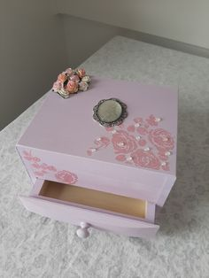 Pink Vintage style jewellery box with romantic roses Shabby Chic Jewellery Box, Jewelry Box, Unique Jewelry, Vintage Pink, Vintage Style, Vintage Fashion, Tea Box, Romantic Roses, Marketing And Advertising