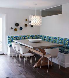 banquette cuisine d'angle en bois blanc, siège et dossier en tissu coloré
