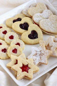 Itsetehdyt täytetyt pikkuleivät ovat ihania ja voittavat mielestäni kaupan vastaavat mennen tullen. Nämä pikkuleivät ovat pehmeitä ja suussasulavia. Täytteeksi voi laittaa makunsa mukaan mitä tahansa hilloa tai marmeladia, kunhan se vain on sen verran kiinteää, että pysyy hyvin pikkuleipie…