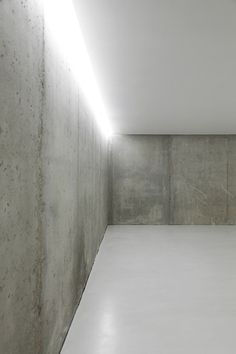 Lamp At Inside House Inside Ontinyent That Hard Concrete Wall - Hupehome Concrete Architecture, Space Architecture, Architecture Details, Minimalist Architecture, Minimalist Design, Interior Lighting, Lighting Design, Concrete Interiors, Tadelakt