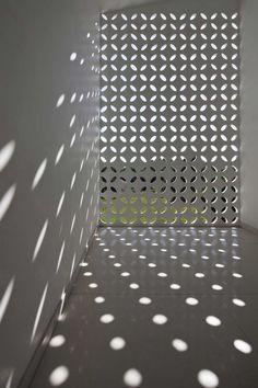 The unexpected geometry of light - Binh Duong School / Vo Trong Nghia Shunri Nishizawa Daisuke Sanuki Grey Interior Design, Interior Exterior, Light Architecture, Interior Architecture, Installation Architecture, Breeze Block Wall, Concrete Blocks, Light And Shadow, Lighting Design