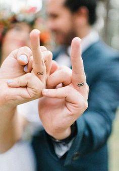 evli çift parmak sonsuzluk dövmesi