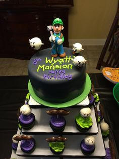 Luigi's Mansion Cupcake Tower with Boos! 6th Birthday Parties, 8th Birthday, Birthday Cake, Birthday Ideas, Luigi Mansion, Luigi Cake, Super Mario Party, Cupcakes, Mansion Bedroom