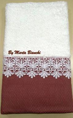 Toalha de lavabo em patchwork Personalized Towels, Towel Crafts, Embroidered Towels, Decorative Towels, Bath Linens, Bath Towel Sets, Bathroom Towels, Bath Accessories, Hand Towels