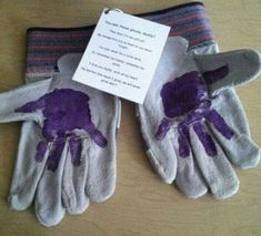 Father's Day Ideas - - DIY Father's Day Handprint Art Idea! Use a pair of gardening gloves or work gloves for Dad, then have a child put their handprints on them, as seen. Attach this ADORABLE poem Diy Gifts For Dad, Daddy Gifts, Homemade Gifts, Dad Gift From Baby, Fun Gifts, Grandpa Gifts, Kids Gifts, Diy Christmas Gifts For Dad, Grandparents Day Gifts