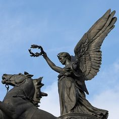 Angel of peace descending on the chariot of war The largest bronze sculpture in Europe Wellington Arch Hyde Park Corner roundabout London, England, UK