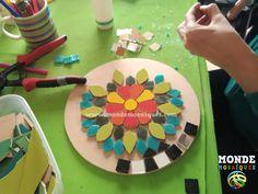 Mandala alumnas proceso Mosaic Crafts, Mosaic Projects, Mosaic Art, Crafts For Boys, Diy And Crafts, Arts And Crafts, Balloon Crafts, Mosaic Flower Pots, Mosaic Madness