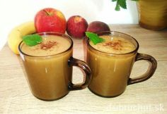 INGREDIENCIE  2 ks  broskyne  2 ks  jablko  1 ks  banán  škorica  voda  POSTUP    Smoothie z ovocia, ktoré sa navzájom znáša a aj zachutí    1.  Všetko ovocie očistíme, broskyne odkvostkujeme a vložíme do smoothie mixéra s trochou vody, ktorú pridáme podľa chuti a potreby. Rozmixujeme nahladko so štipkou mletej škorice, nalejeme do pohárov, ozdobíme škoricou a medovkou alebo mätou.  2.  Podávame so slamkou. V letných horúčavách môžeme lístky medovky pridať aj priamo do nápoja a dobre padnú… Moscow Mule Mugs, Smoothies, Detox, Tableware, Desserts, Food, Smoothie, Tailgate Desserts, Dinnerware