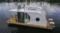 Is it really possible to live on a houseboat?different types of houseboats that are commonly used as fulltime dwellings of vacation homes. Floating Architecture, Lakefront Property, Water House, Floating House, Tiny House Movement, Pontoon Boat, Boat Design, Boat Building, Water Crafts