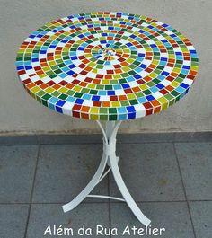 Mesa com mosaico colorido by ALÉM DA RUA ATELIER/Veronica Kraemer, via Flickr