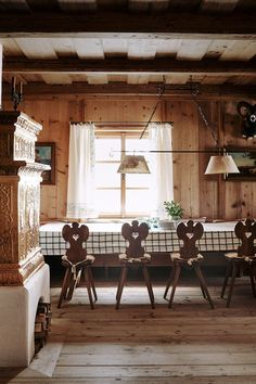 A fairytale Alpine chalet masterfully designed by Tino Zervudachi – Loft İdeas 2020 Chalet Design, Chalet Style, House Design, Alpine Chalet, Swiss Chalet, Chalet Interior, Cozy Fireplace, Dining Nook, Romantic Couples
