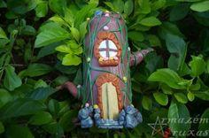 Tronco Casinha Gnomo Escultura produzida artesanalmente em materiais reciclados, utilizando um rolinho de papelão (base) e palitos de picolé (porta), revestidos e decorados em biscuit, no formato de tronco de árvore, com acabamento em verniz cristal.