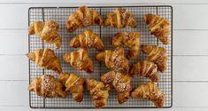 Συνταγή για κρουασάν βουτύρου από τον Άκη Πετρετζίκη! Φτιάξτε τα πιο αφράτα, βουτυρένια κρουασάν για να συνοδέψετε τον πρωινό σας καφέ και τσάι. Απλά υπέροχα.
