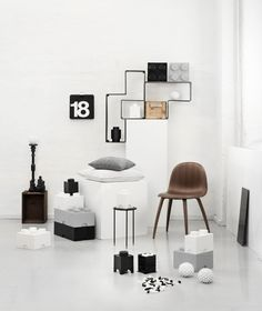 De opbergbox is ontworpen door een Deens Designstudio Room Copenhagen. Uiteraard kun je ook ander speelgoed hierin netjes opbergen. Deze opbergboxen zijn net als de echte legosteentjes opstapelbaar. Deze bewaarboxen zijn niet alleen leuk voor de kinderkamer, maar door het design is het ook fantastisch voor in een moderne keuken-, woonkamer of gewoon op kantoor. De LEGO opbergboxen zijn te verkrijgen in verschillende kleuren en vormen, waardoor je de leukste combinaties kunt creëren.