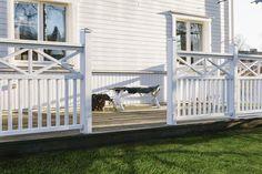 JABO Altanräcke Vårt vitmålade altanräcke har en stilren design som passar de flesta trädgårdar och hustyper. Altanräcke Ribb kan man enkelt själv justera i längd. Träskyddsbehandlad gran, grundmålad en gång, toppstrykt två gånger, RAL 9010.
