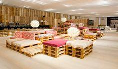 La sala VIP de ARCO Madrid 2012 tuvo como protagonista los sofás hechos con palets. También ocuparon las áreas de descanso y protagonizaron algunos muebles.