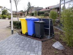 Mülltonnen müssen sein, sind aber nicht hübsch anzusehen. Wir haben eine faszinierende Möglichkeit gefunden, hässliche Mülltonnen zu verstecken. Bin Store Garden, Bike Storage Solutions, Garbage Can, Backyard, Patio, Trash Bins, Home Goods, Canning, Outdoor Decor