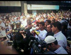 Luego de emitida orden de camptura eb contra de LeopoldoLopez, éste finalmente debe entregarse no en una marcha, sino custodiado por GNB