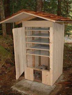 Do you need a large smoker that can take the amount of meat and fish that you want to smoke? Then build a timber smoker! You'll be pleased to learn how easy it is to build your very own mini timber sm Build A Smoker, Diy Smoker, Homemade Smoker Plans, Outdoor Smoker, Outdoor Oven, Diy Projects Cans, Backyard Projects, Smoke House Plans, Smoke House Diy