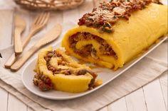 Il rotolo di polenta con salsiccia e funghi è un piatto unico ricco composto da ingredienti classici come la polenta e il sugo di salsiccia e funghi.