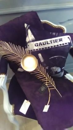 Fauteuil Bridge création Collas Décoration Coussin viril Jean-Paul Gaultier Plume en métal doré pour bougie
