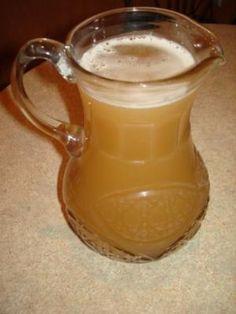Квас на яблочном соке. На 4 литра кваса нам понадобится 1 литр яблочного сока 1 стакан сахара 2 чайные ложки растворимого кофе 1 чайная ложечка сухих дрожжей Все это заливаем теплой,кипяченой воды(3 литра) и оставляем на 8 часов..потом охолаждаем...Очень вкусный квас и приятен в жаркие дни