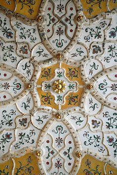 Le musée des arts décoratifs a été conçu dans le style de l'art nouveau hongrois par les architectes Ödön Lechner (1845-1914) et Gyula Partos. C'est un des plus beaux bâtiments de Budapest. Après celui de Londres et de Vienne, ce fut le troisième musée des Arts décoratifs en Europe. Il a été inauguré en 1896. Le musée des arts décoratifs de Budapest possède une importante collection d'objets d'art de style Sécession et art nouveau. Le bâtiment est décoré avec des céramiques de Zsolnay.