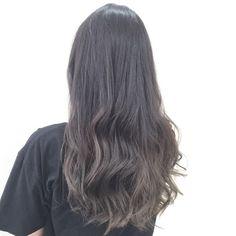 ブログやインスタを見て初めましての【あつこさん】が髪の毛やりに来てくれました! ご要望は アッシュグレーのグラデーションカラーです。 しかし5月に地毛くらいまで暗く染めているとのことでした。 この場合