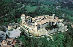 Una veduta aerea del Castello di Vigoleno. E' la zona di produzione di un vino pregiato, il Passito di Vigoleno (foto Archivio fotografico Castelli del Ducato di Parma e Piacenza)