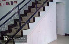 Rancang Mebel menyediakan berbagai macam furniture custom, termasuk lemari bawah tangga yang dapat memaksimalkan fungsi ruangan. Kitchen Sets, Custom Furniture, Jakarta, Kitchen Furniture, Stairs, Home Decor, Diy Kitchen Appliances, Bespoke Furniture, Stairway