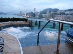 """Auch vom Whirlpool des """"Harbour Grand Kowloon"""" genießen die Gäste einen tollen Blick auf Hongkongs Skyline.  (Quelle: holidaycheck.de)"""